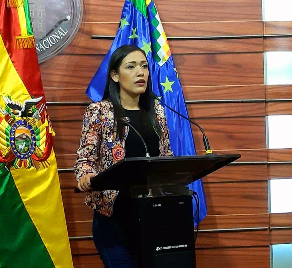 Renuncia a su nacionalidad Chilena. Adriana Salvatierra pide disculpas si erró